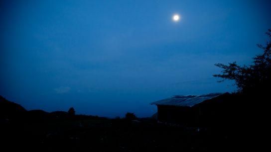 …le campement s'endort à la tombée de la nuit (18h30, heure locale), pour se réveiller aux aurores (6:00).