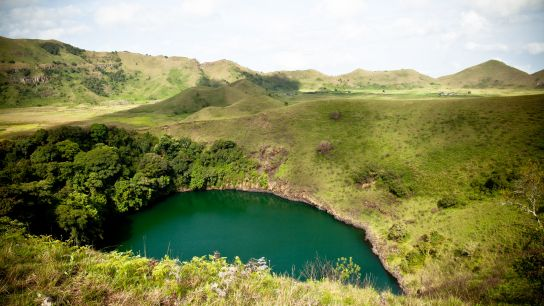 "The ""Male Lake"". Smaller, surrounded by volcano rock, inaccessible. There is a fine strip of land, maybe ten meters large, between the two lakes."