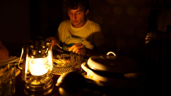 The house has no electricity. A little family-moment around the oil lamps …