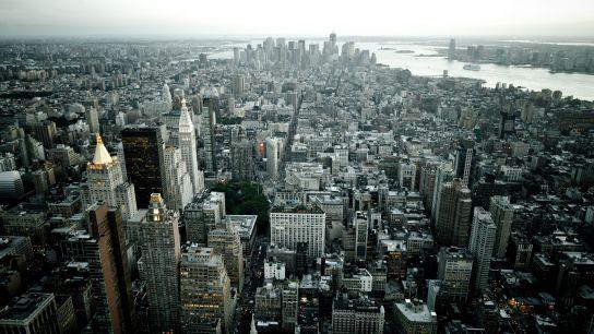 Vue au Sud. L'atmosphère est un peu brumeuse. Au bout à gauche: l'East River. Beaucoup plus visible à droite: l'Hudson River. Au fond: Downtown. Au fond du fond, deux petites îles. La plus lointaine est Liberty Island. On distingue une masse. C'est Elle (ne lui dites pas que je l'ai appelée comme ça hein…).