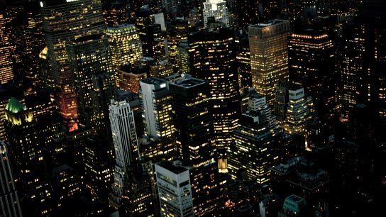 7:20p.m. (heure réelle de la photo). De nuit, les buildings semblent tous collés, des blocs de cartons-pâte avec de petites loupiotes à l'intérieur.