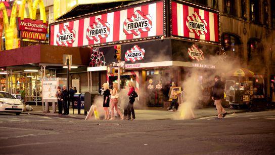 Il reste néanmoins des petits bonheurs, comme ces bouches d'évacuation de chaleur du métro fumant dans la rue (et ces trois dames qui donnent au tout un petit air Sex And The City).