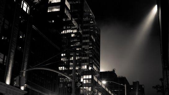 …le moindre projecteur semblait réellement s'abattre sur la rue…