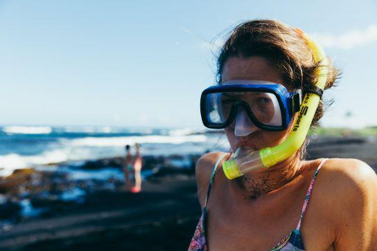 Fille avec équipement de plongée, Punaluu Black Sand Beach, Big Island, Hawaii