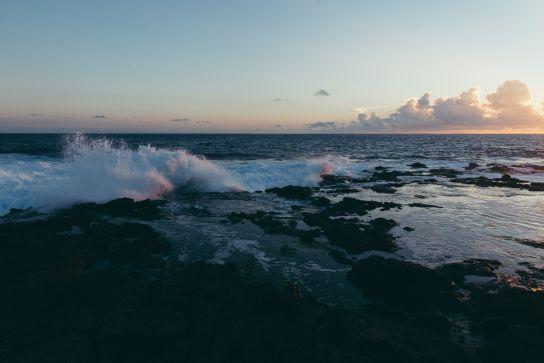 Vagues se brisant sur les rochers, South Point, Big Island, Hawaii