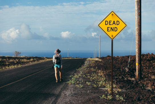 Fille randonnant sur la route, Ocean View, Big Island, Hawaii