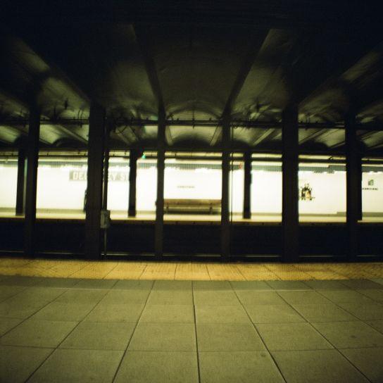 Dans la station d'Essex Street, de nuit, en attendant un métro pour remonter au Nord de l'île vers de nouvelles découvertes…