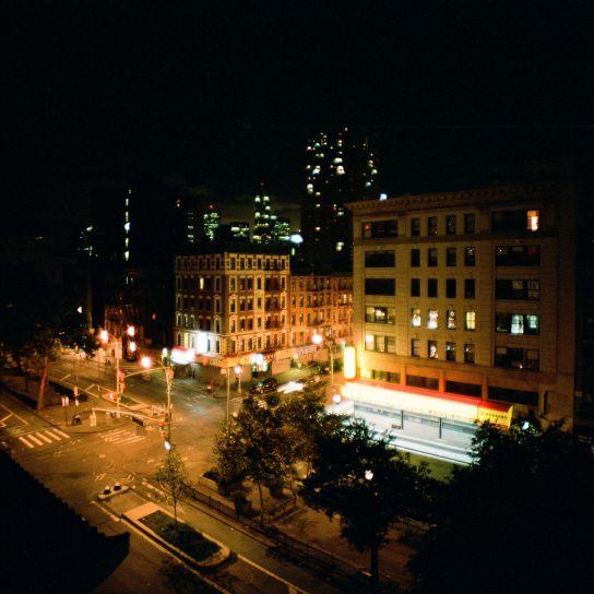 Sur le toit, de nuit et de jour. De là, on pouvait apercevoir la Liberty Tower en construction au Sud, et le Chrysler Building au Nord.